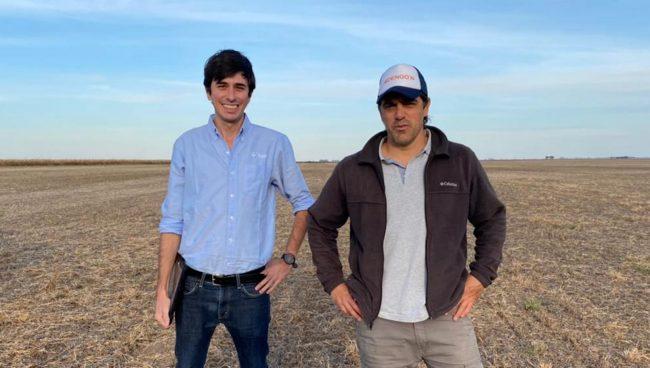 Los productores Matías Capellades de Bayer, y Juan Pivotto durante la siembra de las nuevas asgrow